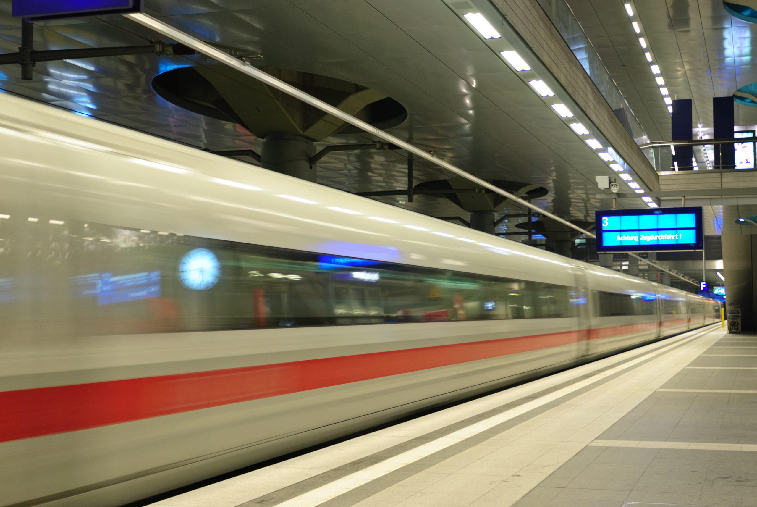 ICE verläßt Hauptbahnhof Berlin